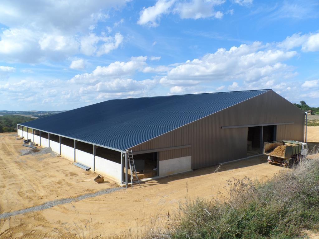 Batiment avec toiture photovoltaique ym 2192016